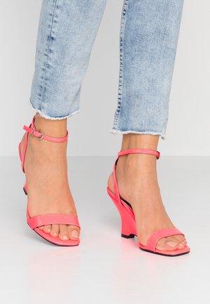 MOL - Sandały na obcasie - pink