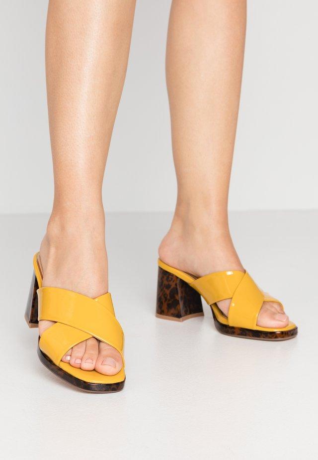 MAJA - Pantofle na podpatku - yellow
