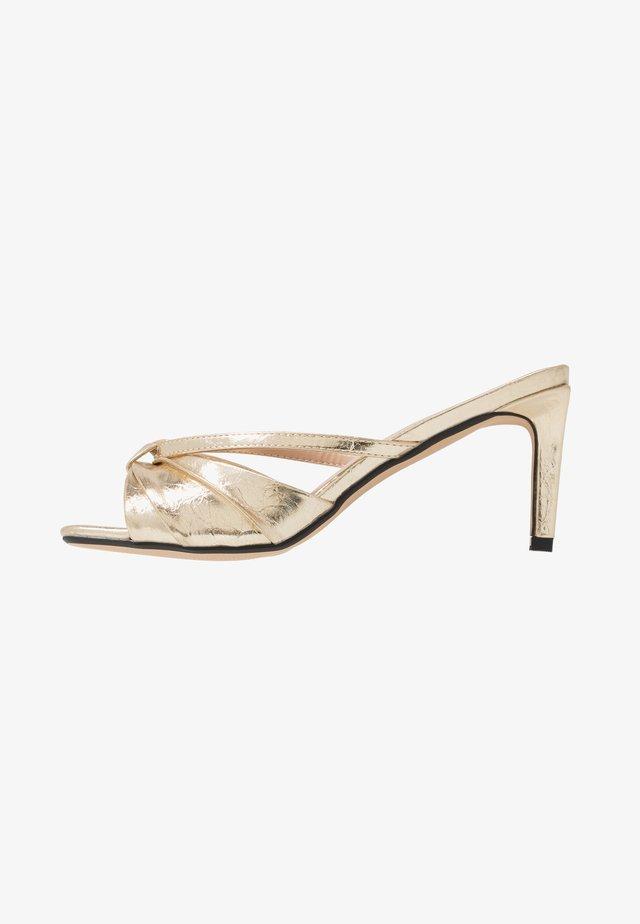 MELISSAA - Pantofle na podpatku - gold