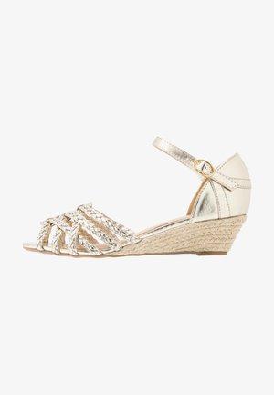 KATANA - Sandaletter med kilklack - gold