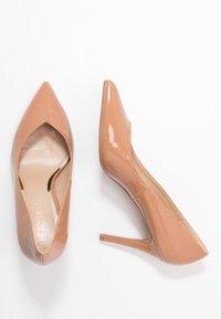 Head over Heels by Dune - ALEXXIS - Zapatos altos - camel - 3