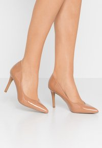 Head over Heels by Dune - ALEXXIS - Zapatos altos - camel - 0