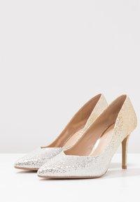 Head over Heels by Dune - AMALIA - Korolliset avokkaat - gold glitter - 4