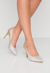 Head over Heels by Dune - AMALIA - Korolliset avokkaat - gold glitter - 0
