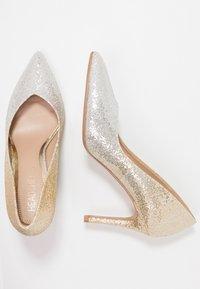 Head over Heels by Dune - AMALIA - Korolliset avokkaat - gold glitter - 3