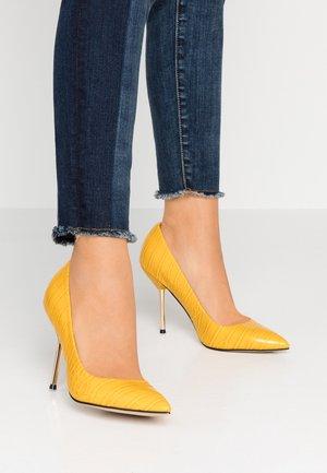 AMRITA - Escarpins à talons hauts - yellow