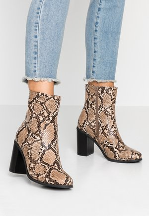 OMM - High heeled ankle boots - natural