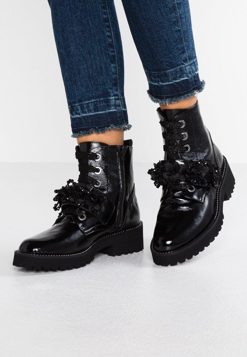 Helia - Šněrovací kotníkové boty - black