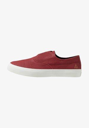 DYLAN SLIP ON - Slipper - rose wood red