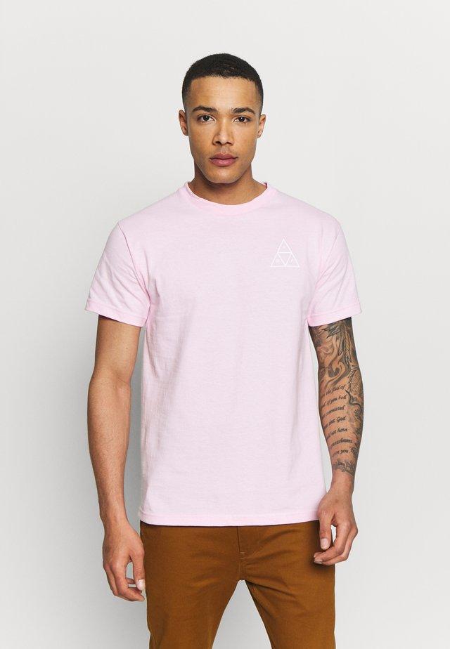 ESSENTIALS TEE - Printtipaita - coral pink