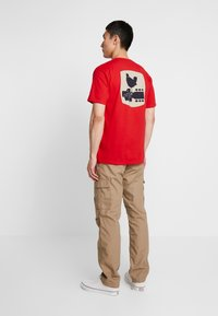 HUF - WOODSTOCK STAFF TEE - T-shirt con stampa - red - 2