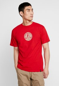 HUF - WOODSTOCK STAFF TEE - T-shirt con stampa - red - 0
