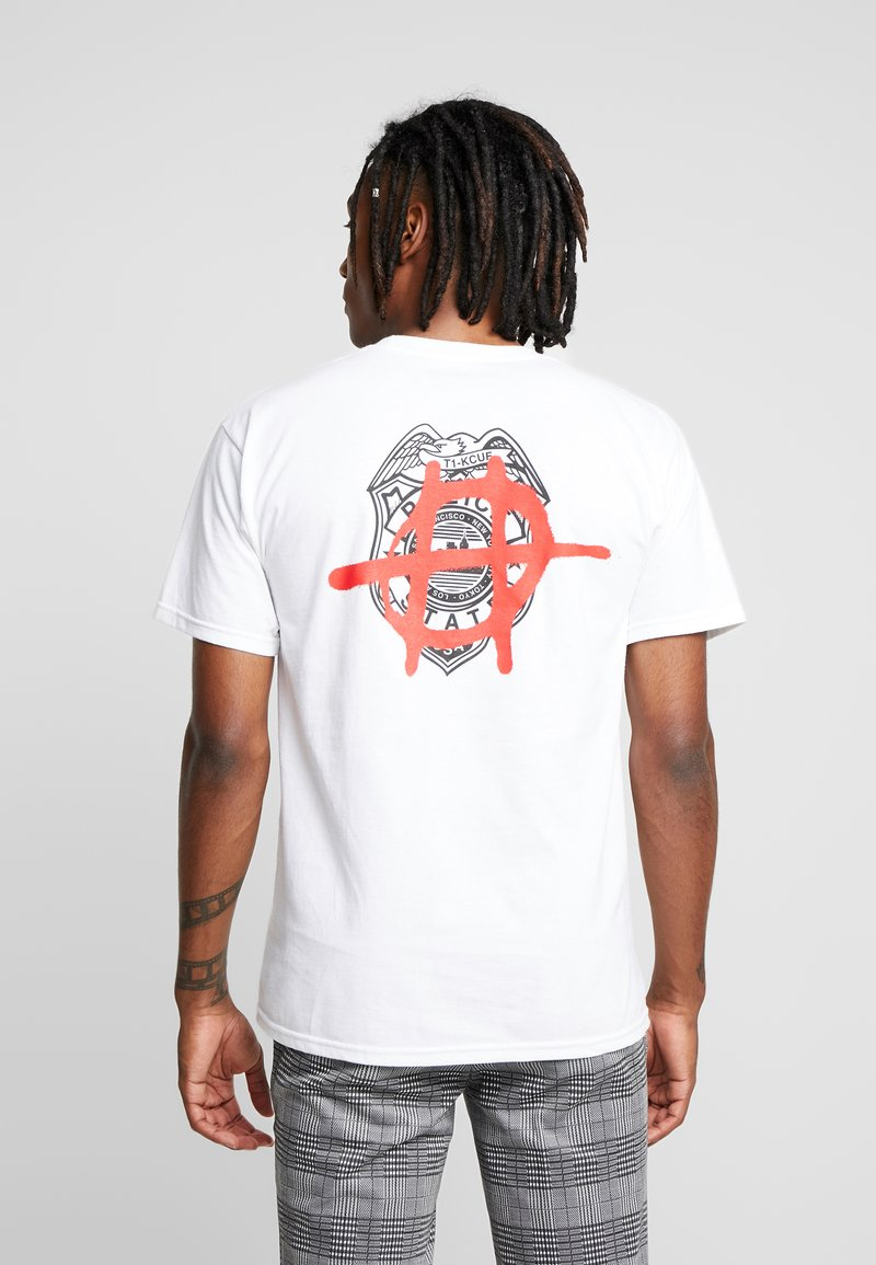 HUF - RIOT TEE - Print T-shirt - white