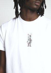 HUF - PHIL FROST BEARBRICK TEE - T-Shirt print - white - 3