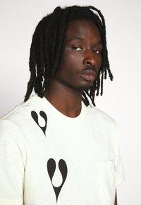 HUF - PHIL FROST POCKET TEE - T-Shirt print - natural - 3