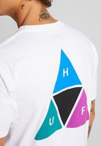 HUF - PRISM TEE - Triko spotiskem - white - 4