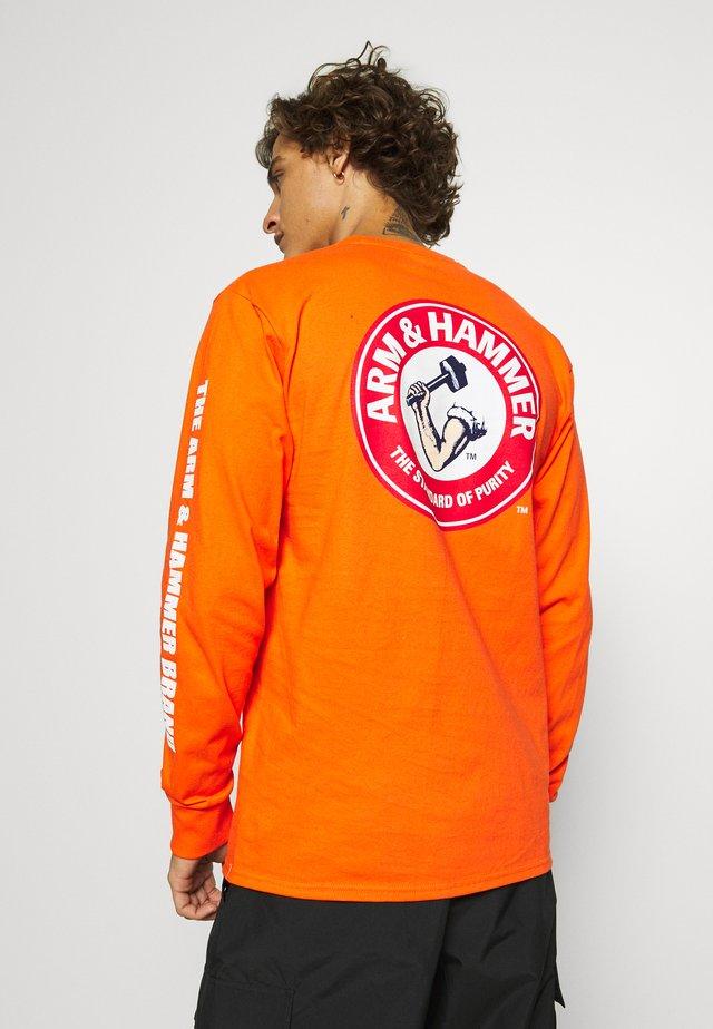 ARM HAMMER SEAL TEE - Långärmad tröja - orange