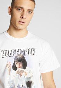 HUF - PULP FICTION MIA AIRBRUSH TEE - Print T-shirt - white - 4