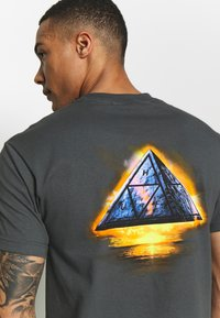 HUF - ANCIENT ALIENS TEE - Triko s potiskem - castle rock - 5
