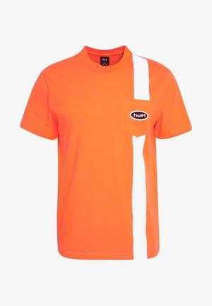 SAFETY POCKET TEE - Triko spotiskem - safety orange