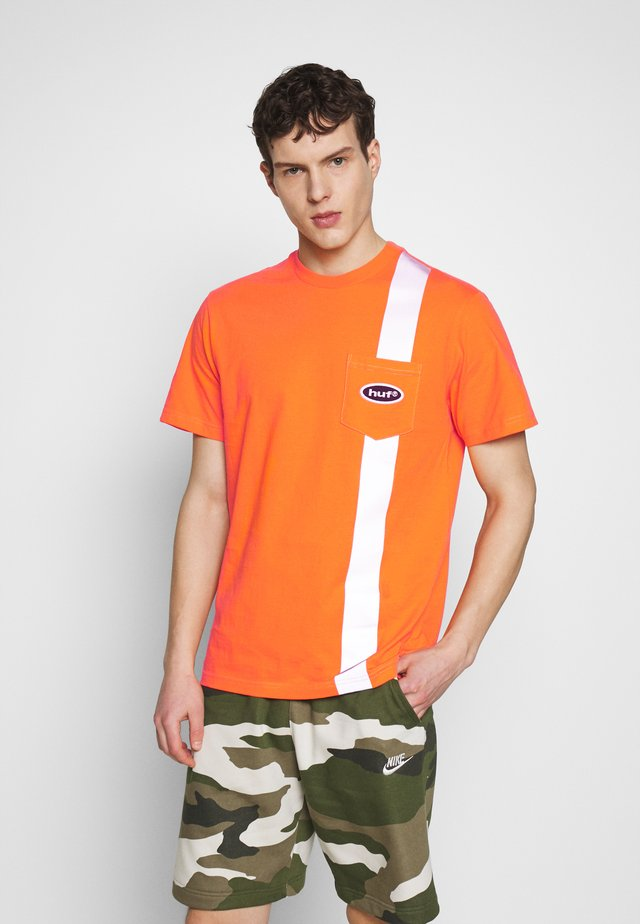 SAFETY POCKET TEE - Print T-shirt - safety orange