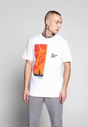 LIBERTY POCKET TEE - T-shirt med print - white