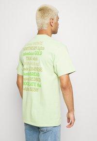 HUF - GALAXY STRAINS TEE - Triko spotiskem - pistachio - 2