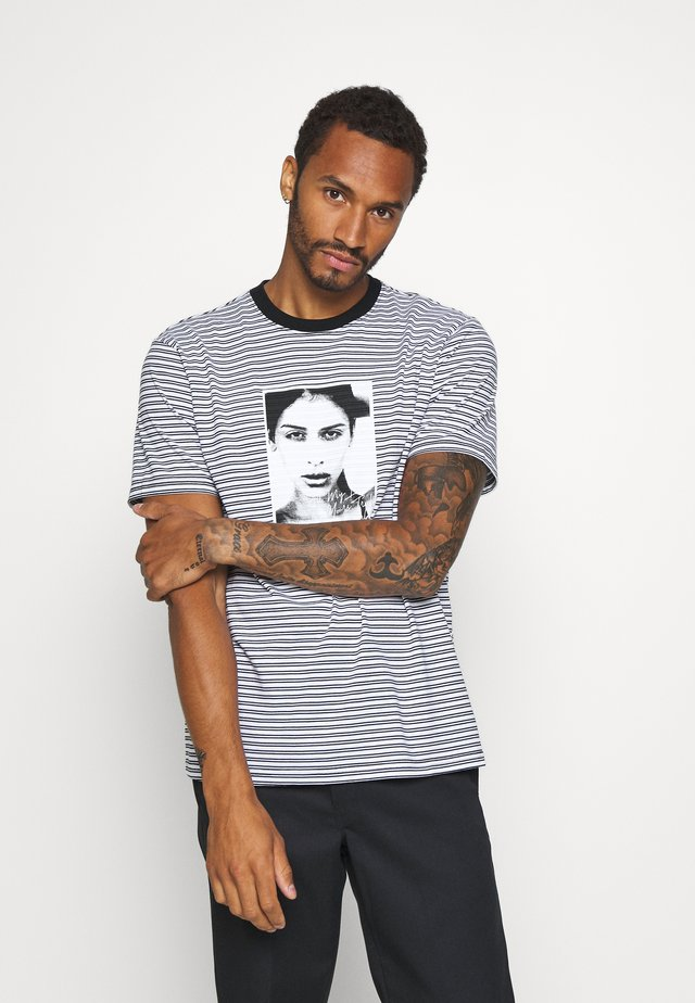 MOLLY STRIPED  - T-shirt med print - white