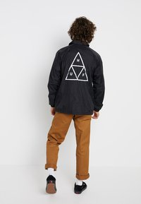 HUF - ESSENTIALS COACHES JACKET - Lehká bunda - black - 2