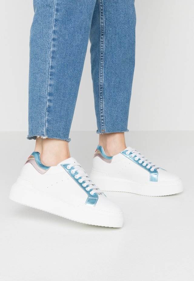 Sneakersy niskie - bianco/laminato celeste/rosso platino rosa