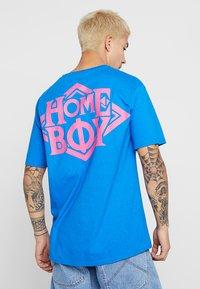 Homeboy - THE BIGGER TEE - T-shirt z nadrukiem - blue - 2