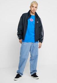 Homeboy - THE BIGGER TEE - T-shirt z nadrukiem - blue - 1