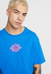 Homeboy - THE BIGGER TEE - T-shirt z nadrukiem - blue - 4
