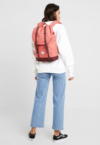 Herschel - RETREAT MID VOLUME - Tagesrucksack - mineral red/plum - 1