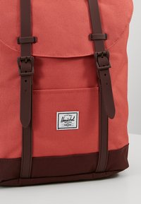 Herschel - RETREAT MID VOLUME - Tagesrucksack - mineral red/plum - 6
