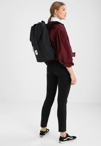 Herschel - RETREAT - Reppu - noir - 5