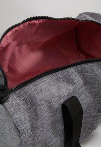 Herschel - SUTTON MID VOLUME - Bolsa de viaje - raven crosshatch/black - 4