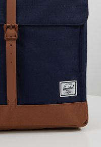 Herschel - CITY MID VOLUME - Reppu - peacoat/saddle brown - 7