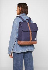 Herschel - CITY MID VOLUME - Reppu - peacoat/saddle brown - 5