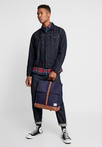 Herschel - CITY MID VOLUME - Reppu - peacoat/saddle brown - 1