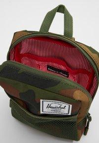 Herschel - SINCLAIR LARGE - Taška spříčným popruhem - woodland - 4