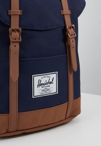 Herschel - RETREAT - Tagesrucksack - peacoat/saddle brown - 7