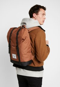 Herschel - RETREAT - Reppu - saddle brown/black - 1