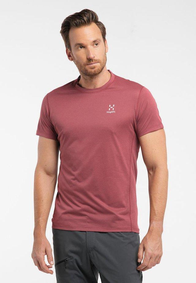 L.I.M STRIVE TEE MEN - Print T-shirt - maroon red