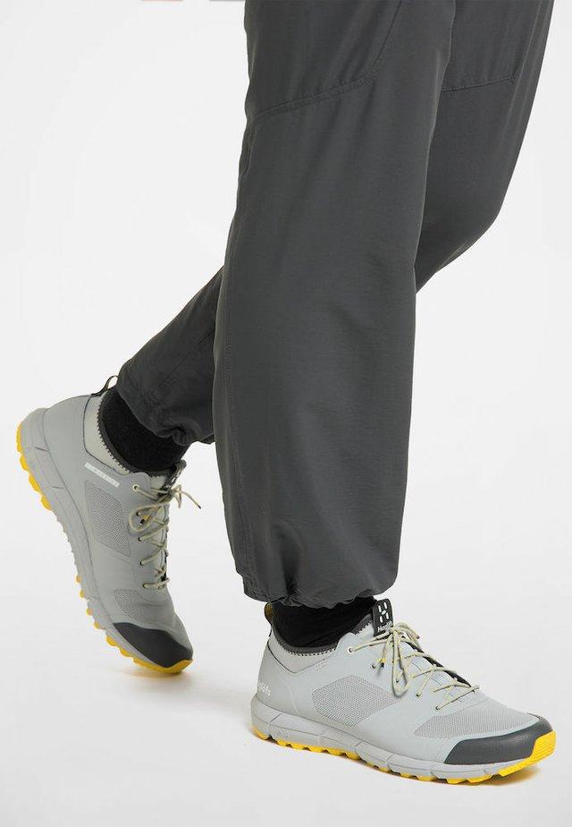 HAGLÖFS TREKKINGSCHUHE L.I.M LOW WOMEN - Trail running shoes - stone grey/signal yellow
