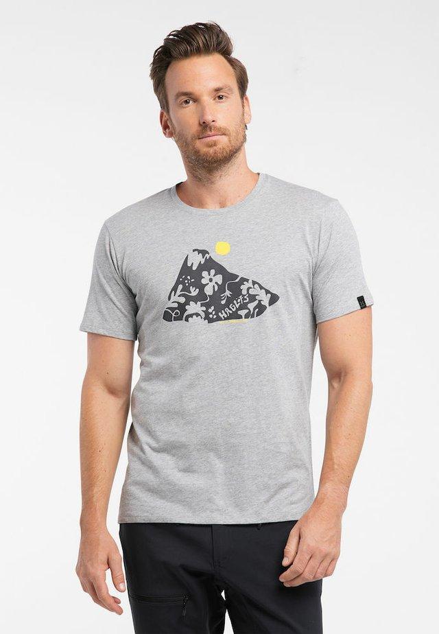 CAMP TEE - Print T-shirt - grey melange/signal yellow