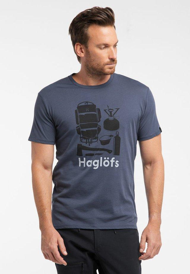 CAMP TEE - Print T-shirt - dense blue/true black