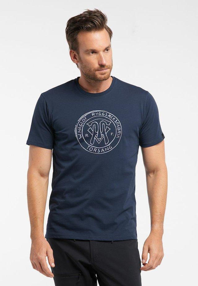 CAMP TEE - Print T-shirt - tarn blue logo