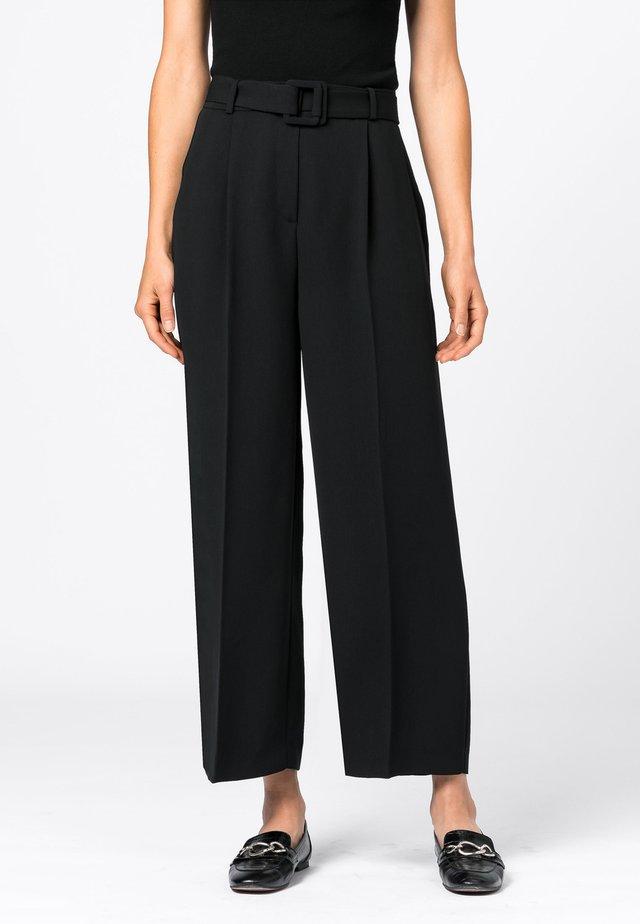 MIT BÜGELFALTEN - Pantalon classique - schwarz