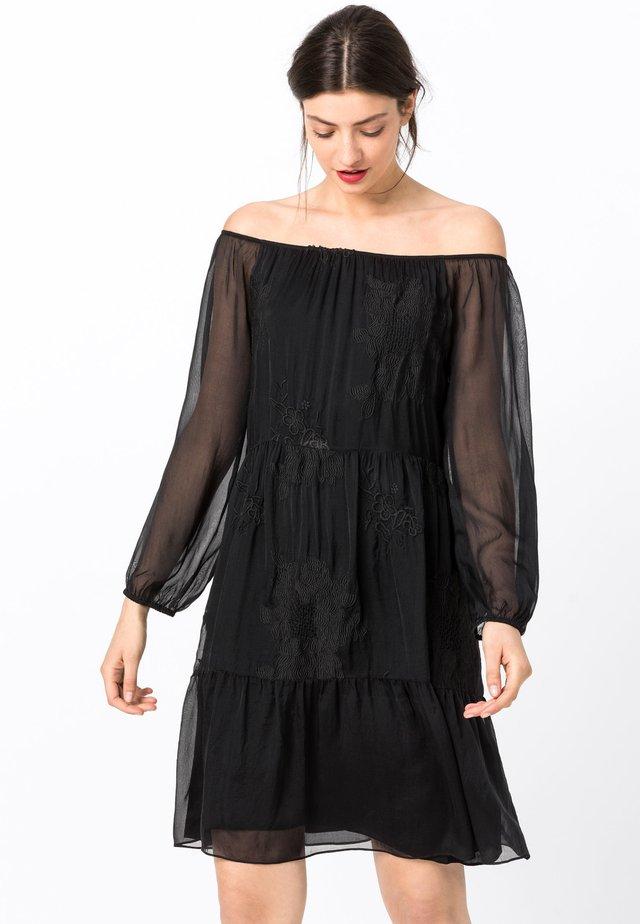 MIT CARMENAUSSCHNITT - Robe de soirée - schwarz